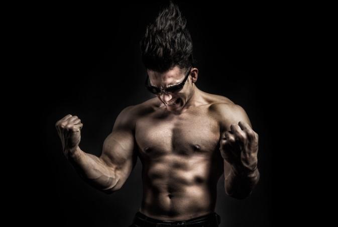筋肉を自慢する人