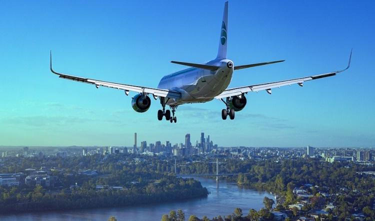 飛行機が街の上を飛んでいる