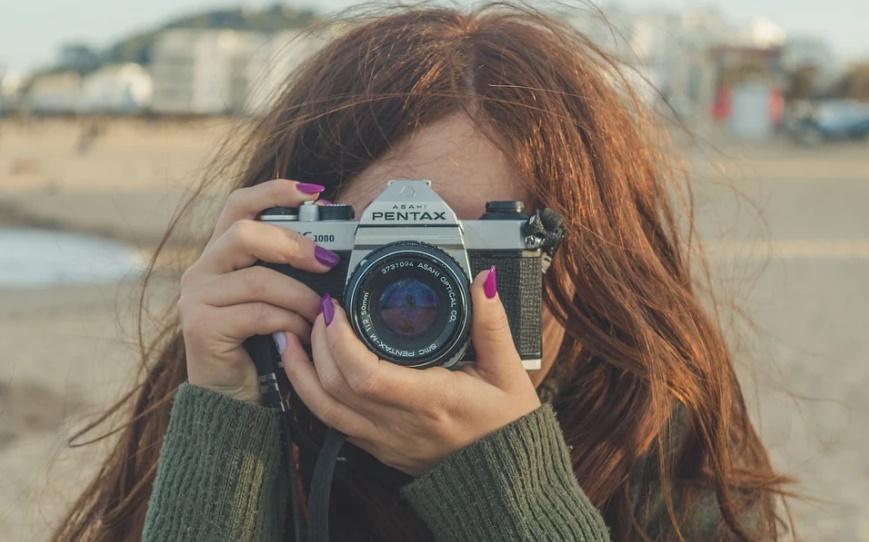 カメラでこちらを撮っている女性
