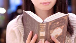 ドライフルーツの参考書を読んでいる女性