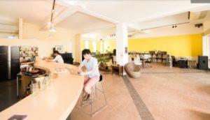 カフェで勉強する人