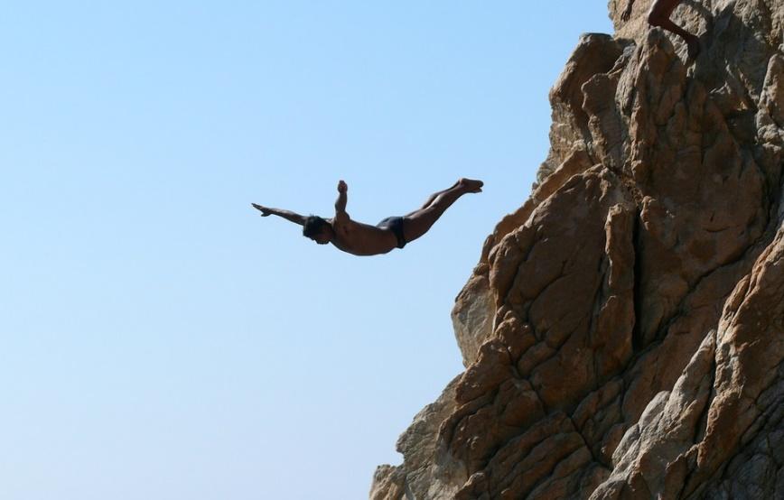 粘着質な人が崖から海にダイブしている