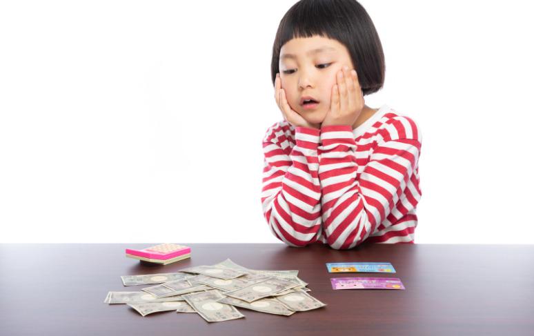 働きたくない女の子がお金を見ている