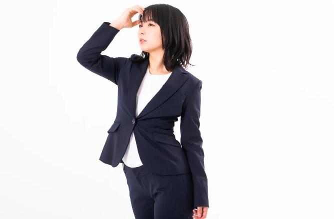 自分の市場価値を診断している女性社員