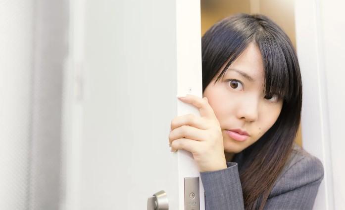 職場で同僚がため口を話しているのを不快そうに見ている女性